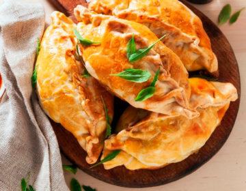 Пирожки с луком-пореем, сыром и картофелем