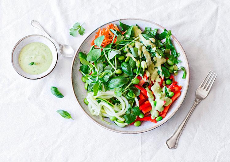Острый тайский салат на тарелке