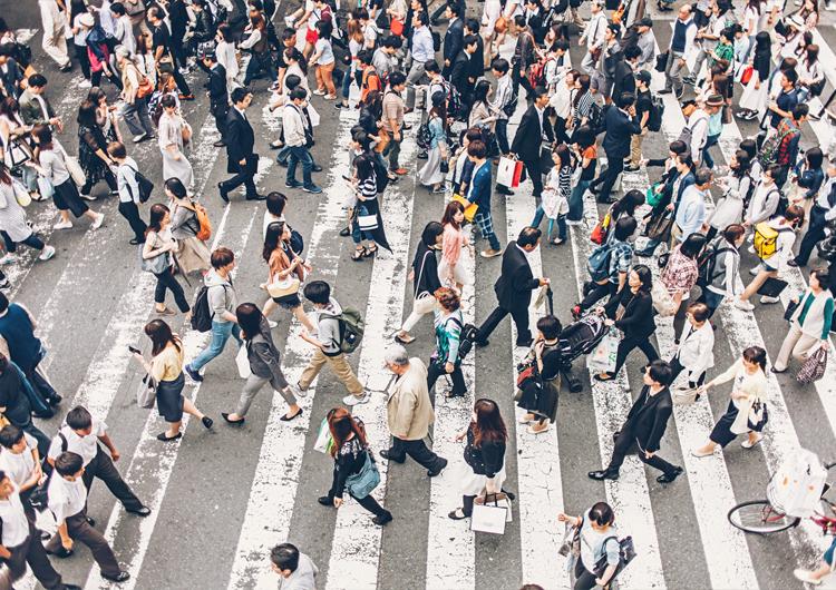 Толпа людей на переходе