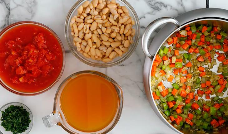 фасоль, помидоры, бульон и петрушка