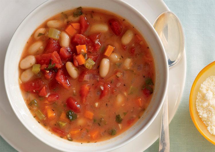 Фасолевый суп на тарелке