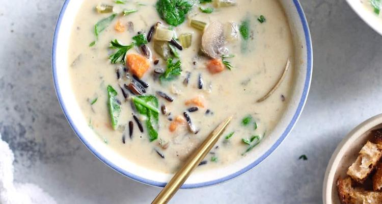 Готовый веганский суп с грибами и рисом