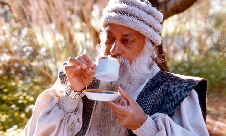 Ошо пьет чай