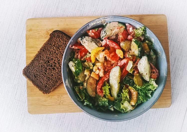 Салат овощной с ореховой приправой