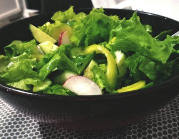 Свежий салат с зеленью и редиской